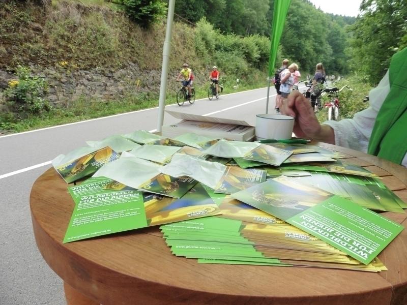 Volmetal-GRÜNE verteilen Wildblumensamen und Info-Postekarten beim autofreien Volmetal 2017