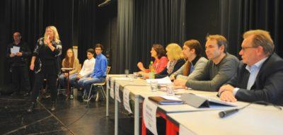 Schulleiterin Barbara Brühl begrüßt Publikum und Bundestagskandidaten zur Podiumsdiskussion.